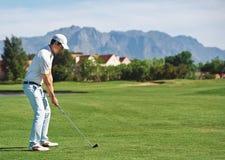 Человек съемки гольфа стоковое изображение rf