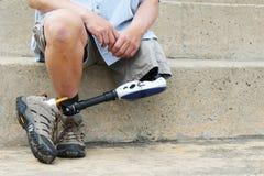 Человек с ампутированной конечностью при пересеченные ноги Стоковое Фото