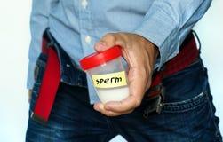 Человек с анализом спермы в его руках Стоковая Фотография RF