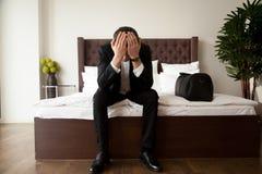 Человек с багажом горюет на гостинице после развода Стоковое фото RF