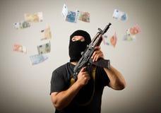 Человек с банкнотами оружия и евро Стоковые Изображения