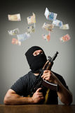 Человек с банкнотами оружия и евро Стоковая Фотография RF