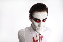 Человек с белой тушью и кровопролитной рубашкой Стоковые Фотографии RF