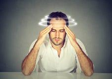 Человек с боязнью высоты Молодое терпеливое страдание от головокружения Стоковое фото RF