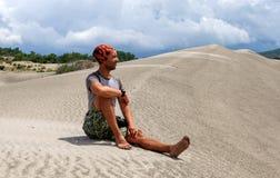 Человек с большим рюкзаком путешествует в пустыне индюк Стоковая Фотография