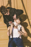 Человек с брить пену на его стороне и полотенце вокруг его siti шеи Стоковые Фотографии RF