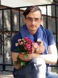 Человек с букетом роз и кольца с бриллиантом Стоковая Фотография RF