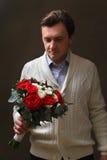 Человек с букетом роз Стоковые Изображения