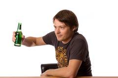 Человек с бутылкой пива Стоковые Фотографии RF