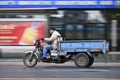 Человек с велосипедом на дороге, Далянью перевозки, Китаем Стоковое фото RF