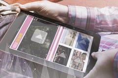Человек с видео- таблеткой маркетинга на софе Стоковая Фотография