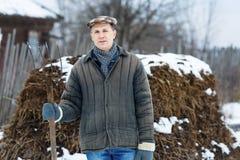 Человек с вилкой внутри весны позема предыдущей стоковая фотография rf