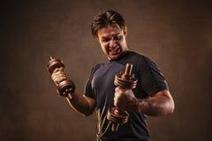 Человек с гантелями стоковая фотография rf
