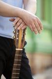 Человек с гитарой стоковые изображения rf