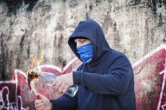 Человек с горящим коктейлем Молотоваа стоковые изображения rf