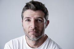 Человек с голубыми глазами унылыми и подавленным смотреть сиротливая и страдая скорба чувства депрессии стоковое фото