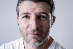 Человек с голубыми глазами унылыми и подавленным смотреть сиротливая и страдая скорба чувства депрессии стоковая фотография rf