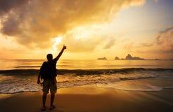 Человек с его руками вверх на рассвете стоковое изображение