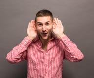 Человек с его руками к ушам Стоковое фото RF