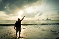 Человек с его рукой вверх на рассвете стоковые фотографии rf