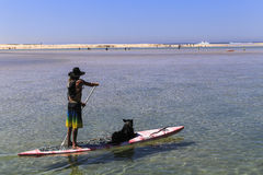 Человек с его собакой в доске, stephens порта, Австралия Стоковая Фотография