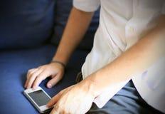 Человек с его умным телефоном стоковое изображение rf