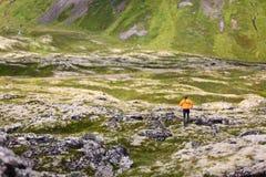 Человек следа идущий в ландшафте природы Стоковое фото RF
