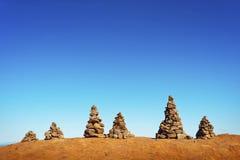Человек сделал пирамиды из камней на тропе Стоковое Фото