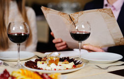Человек с женщиной в wi таблицы лист предпосылки меню ресторана Стоковые Фотографии RF