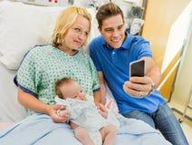 Человек с женщиной и Babygirl принимая автопортрет Стоковое Фото
