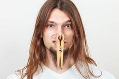 Человек с зажимкой для белья на носе Стоковая Фотография RF