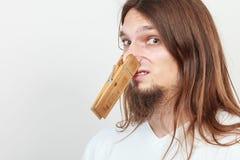 Человек с зажимкой для белья на носе Стоковые Изображения