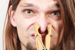 Человек с зажимкой для белья на носе Стоковая Фотография