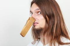Человек с зажимкой для белья на носе Стоковые Изображения RF