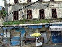 Человек с зонтиком стоковое изображение rf