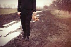 Человек с игрушкой плюшевого медвежонка Стоковые Фото