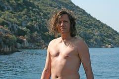 Человек с длинными волосами и ветром стоковые изображения