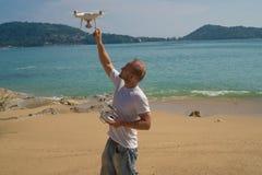 Человек с камерой трутня на пляже Стоковое Изображение RF