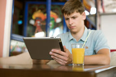 Человек с компьтер-книжкой в кафе Стоковая Фотография RF