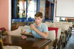 Человек с компьтер-книжкой в кафе Стоковое Изображение