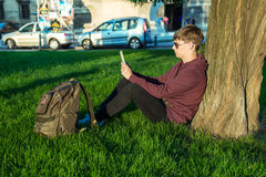 Человек с компьтер-книжкой в парке Стоковые Изображения