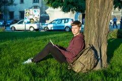 Человек с компьтер-книжкой в парке Стоковое Изображение RF