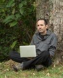 Человек с компьтер-книжкой под валом Стоковые Изображения RF