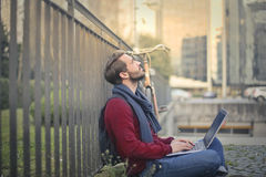 Человек с компьютером стоковая фотография rf