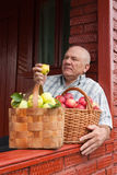 Человек с   корзины вполне яблок Стоковое фото RF