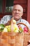 Человек с   корзины вполне яблок Стоковые Изображения