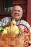 Человек с   корзины вполне яблок Стоковые Фото