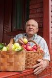 Человек с   корзины вполне яблок Стоковое Фото