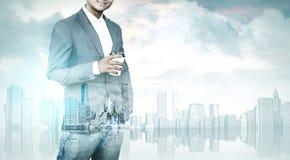 Человек с кофе и городом Стоковые Изображения RF