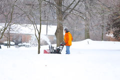 Человек с красной воздуходувкой снега стоковые изображения rf